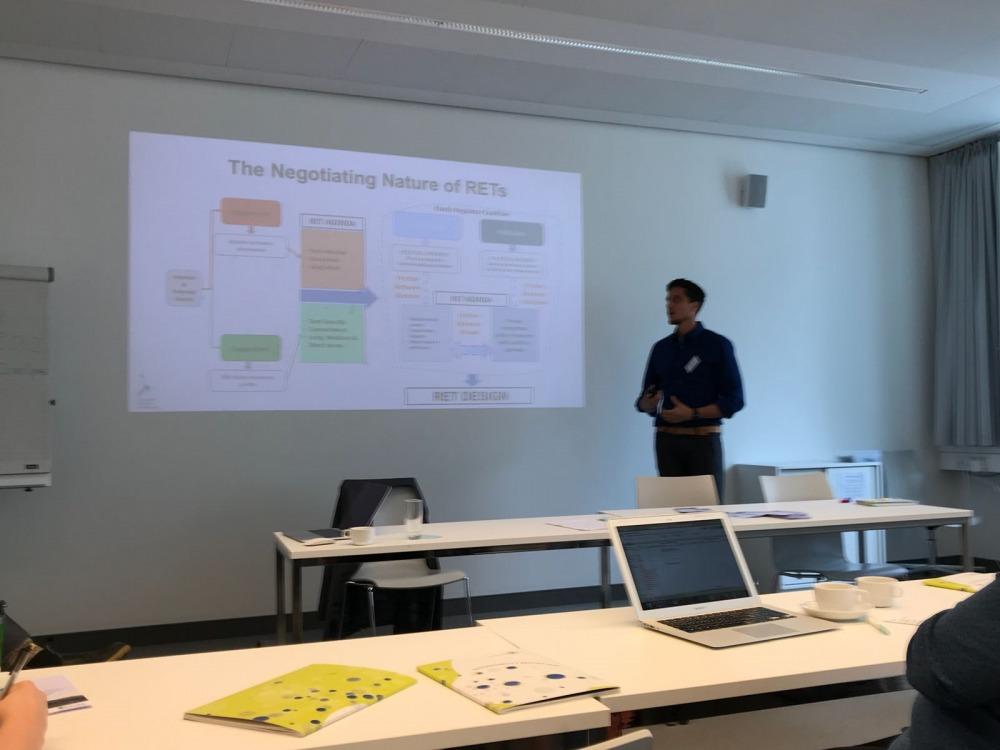 הרצאה של הסטודנט עומרי כרמון בסדנה בברלין